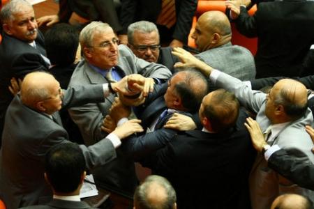 Meclis'te ağır siklet güreş 2