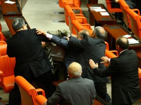 Meclis'te ağır siklet güreş 3