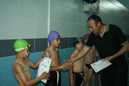 Minik yüzücülerin yüzü güldü 3