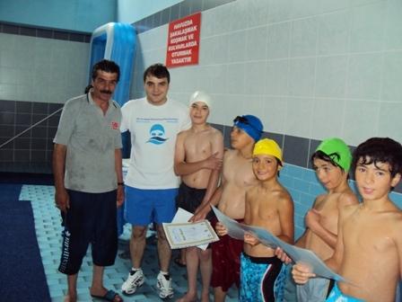 Minik yüzücülerin yüzü güldü 5