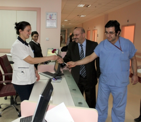 BEAH'da Kadın hastalara karanfil 2