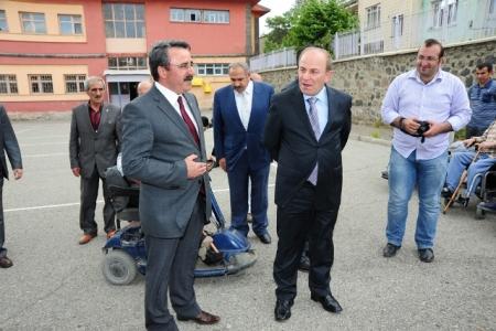 Erzurum'da akülü araba dağıtıldı 1