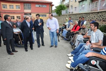 Erzurum'da akülü araba dağıtıldı 2