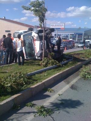 Otomobille çarpıştı: 2 yaralı 1