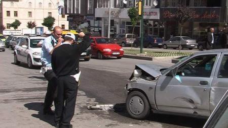 İki otomobil çarpıştı: 4 yaralı 3