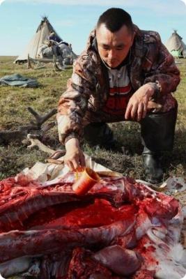 Çiğ et yiyerek yaşıyor! 3