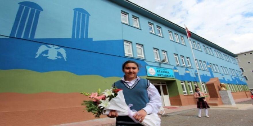 Büyükşehir okul duvarlarını boyuyor