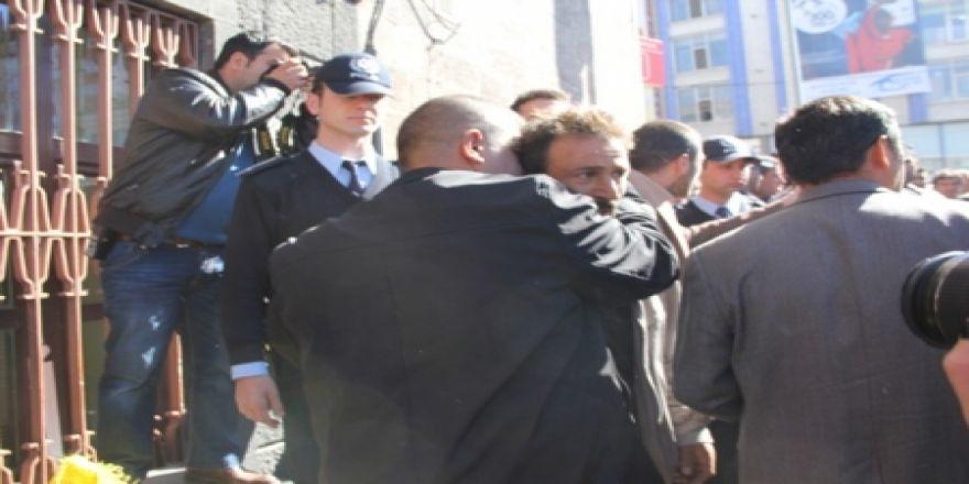 Kendini yakmaya çalışırken polis sarıldı