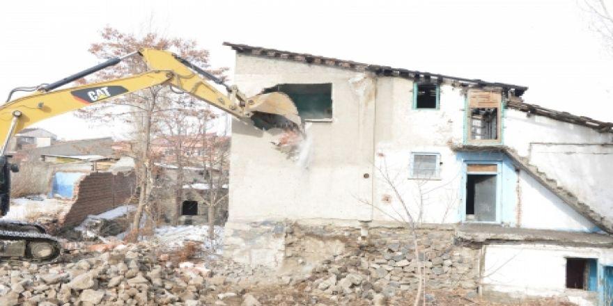 Yakutiye bir mahalleyi daha yıktı