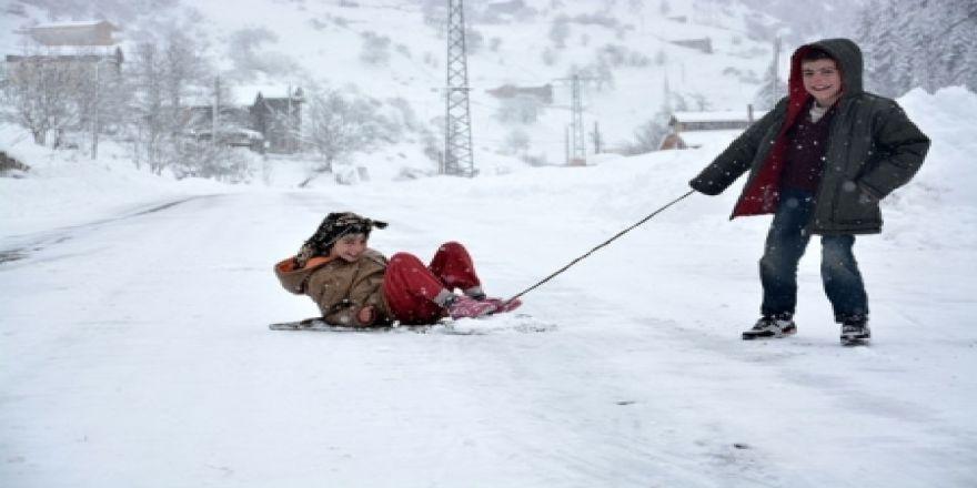 Rize-Erzurum karayolu çocuklara kaldı