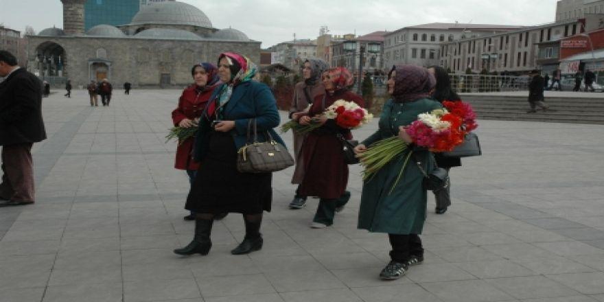 Yakutiye'den kadınlara çiçek