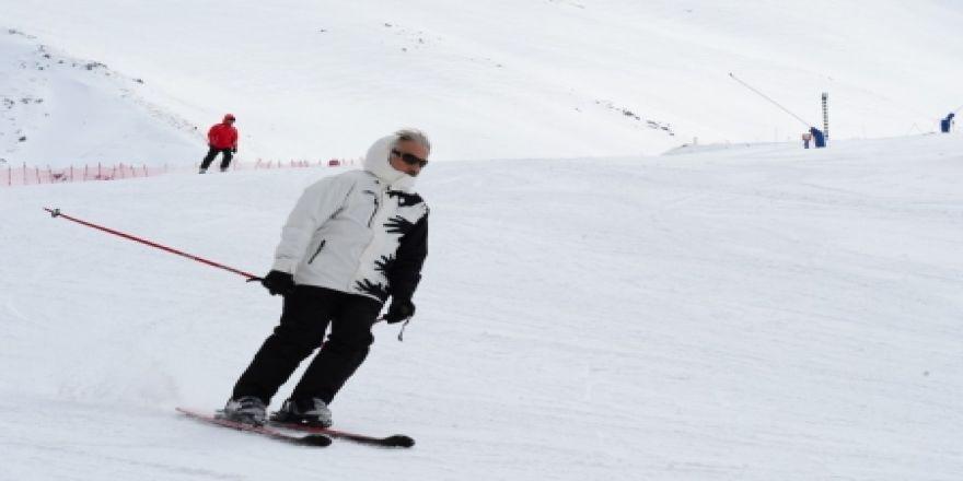 Palandöken'de kayak keyfi sürüyor