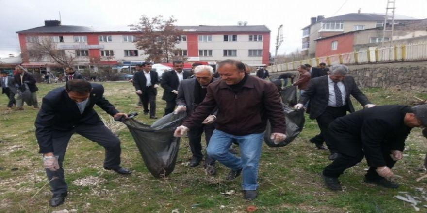 Başkanın ilk işi çöp toplamak oldu!
