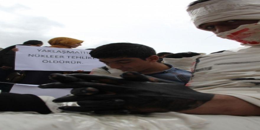 Katliamları tiyatro ile protesto ettiler