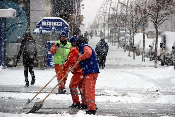 Erzurum'da kent merkezi beyaza bürüdü 1