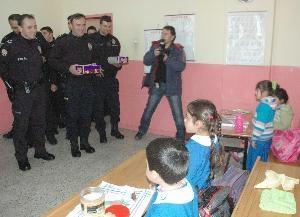 Polis sınıflara böyle girdi!.. 3
