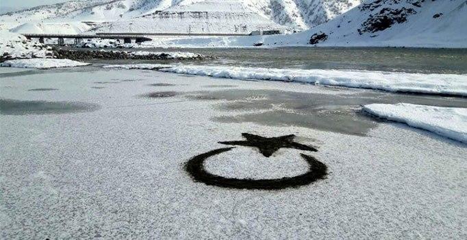Bingöl'de küçük kız buz tutan göle ay yıldız çizdi