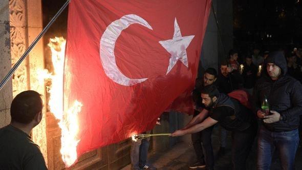 Türk bayrağını ateşe verdiler!