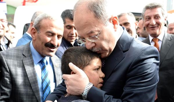 Akdağ'dan, Valinin Ayakkabı Boyattığı Çocuğa 100 Lira