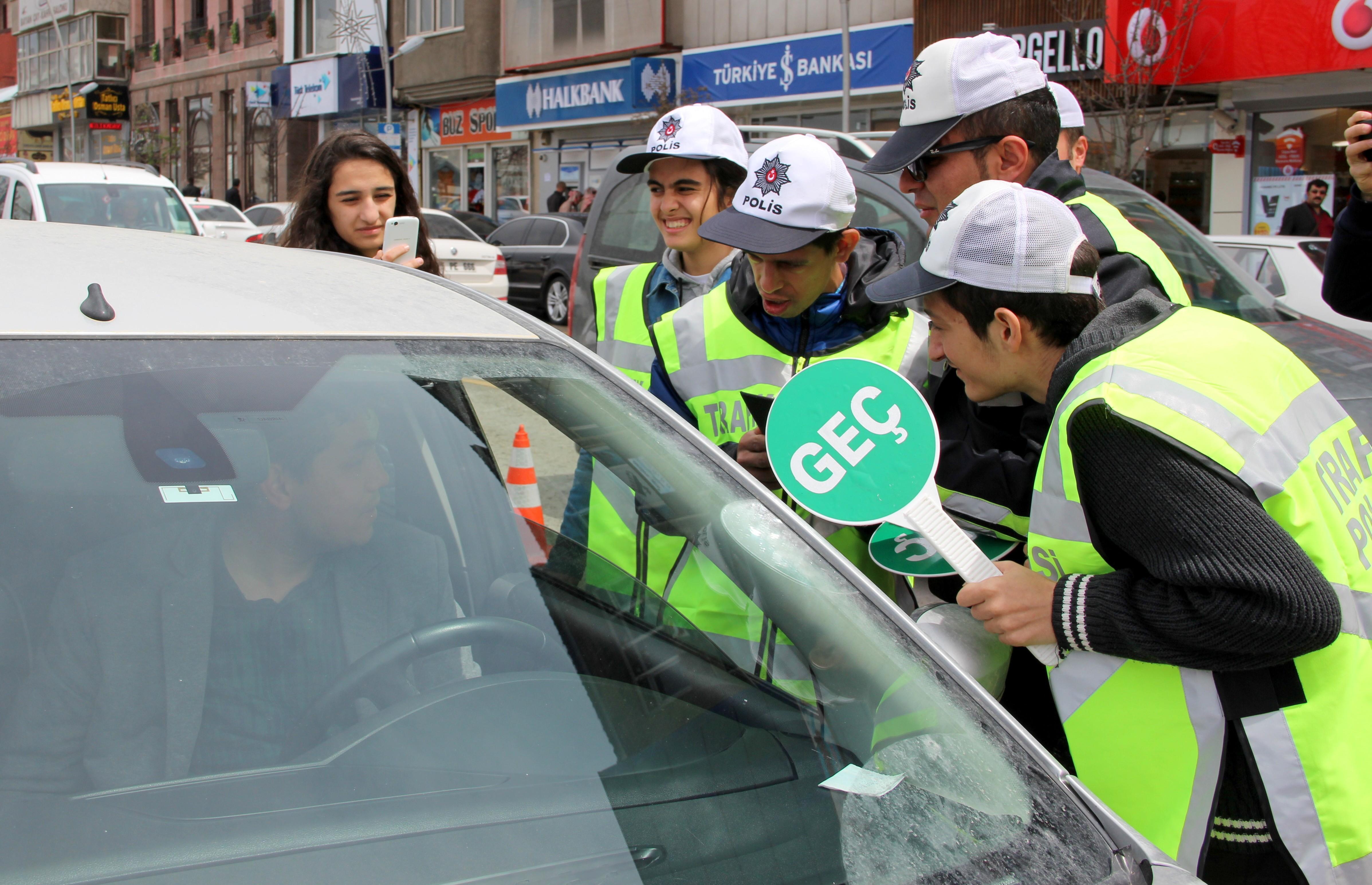Erzurum'da Engelli çocuklar trafik polisi oldu