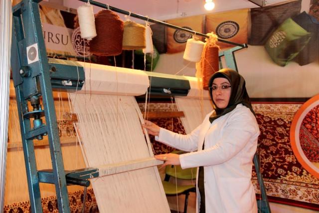 Erzurumlu Kadınların Ellerinde Nakış Nakış İşlenen Hereke Halılar