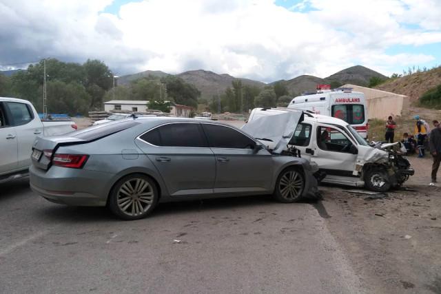 İki Araç Kafa Kafaya Çarpıştı: 6 Yaralı