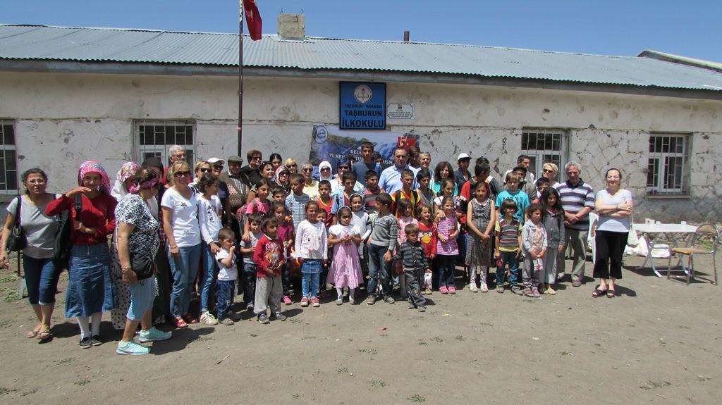 Narman'daki köy okullarında öğrenim gören öğrencilere yardım