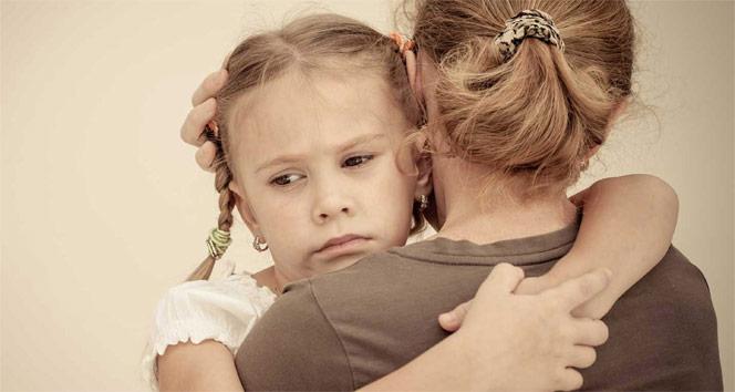 Annesine aşırı bağımlı çocuk okula gitmek istemiyor