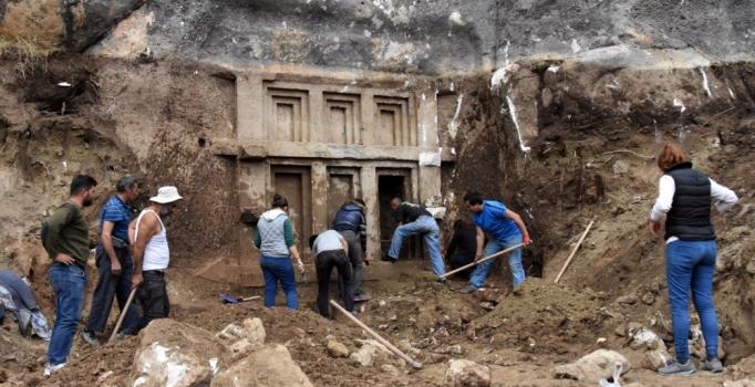 Arazi kazısında 2 bin 400 yıllık kaya mezarı ortaya çıkarıldı