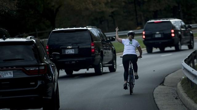Trump'a el işareti yapan kadın işten kovuldu