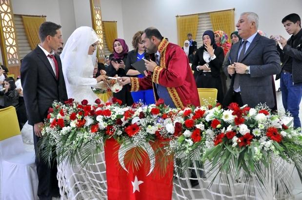 Müftü ilk kez resmi nikah kıydı!