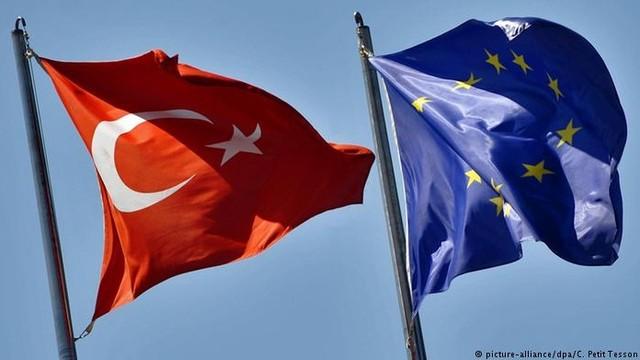 AB'den Türkiye'ye 'siyasi' kesinti
