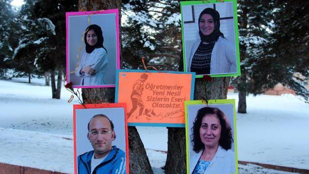 Okul yolundaki ağaçları öğretmenlerinin fotoğraflarıyla süslediler