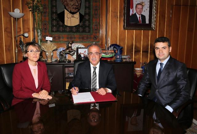 Rektör Çomaklı AB Projesinin Sözleşme Metnini İmzaladı