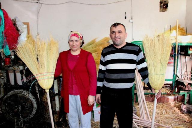 Karı-koca Ürettikleri Süpürgeleri Doğu İllerine Satıyor