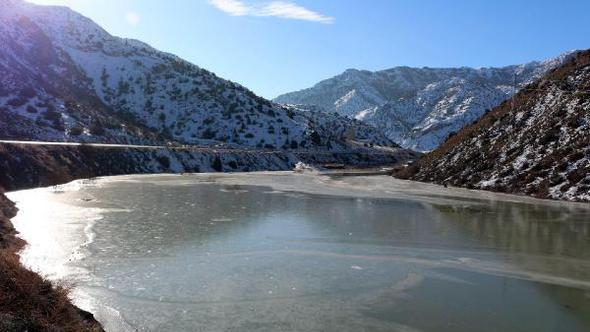 Gölet buz tuttu