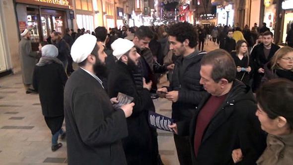 'Tebliğciler' Taksim'de ortaya çıktı, polis izin vermedi