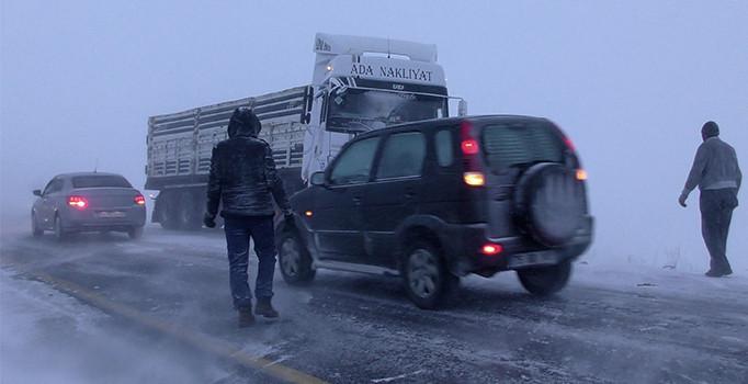 Ardahan'da ulaşıma ve eğitime kar engeli