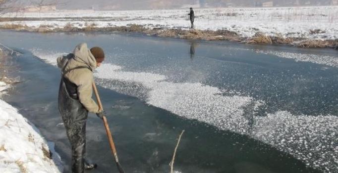 Yüksekova'da 'Eskimo usulü' balık avı