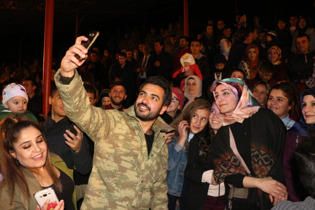 Bakan Soylu'nun Söz Aldığı Şarkıcı Yusuf Güney, Şırnak'ta Komandolara Konser Verdi