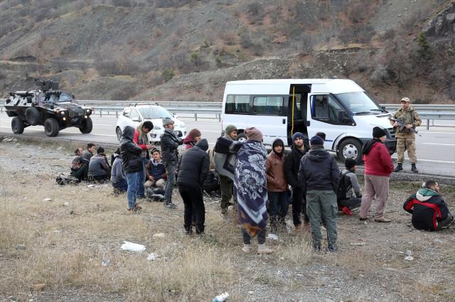 İnsan Kaçakçıları 14 Kişilik Minibüse 71 Kişiyi Sığdırdı