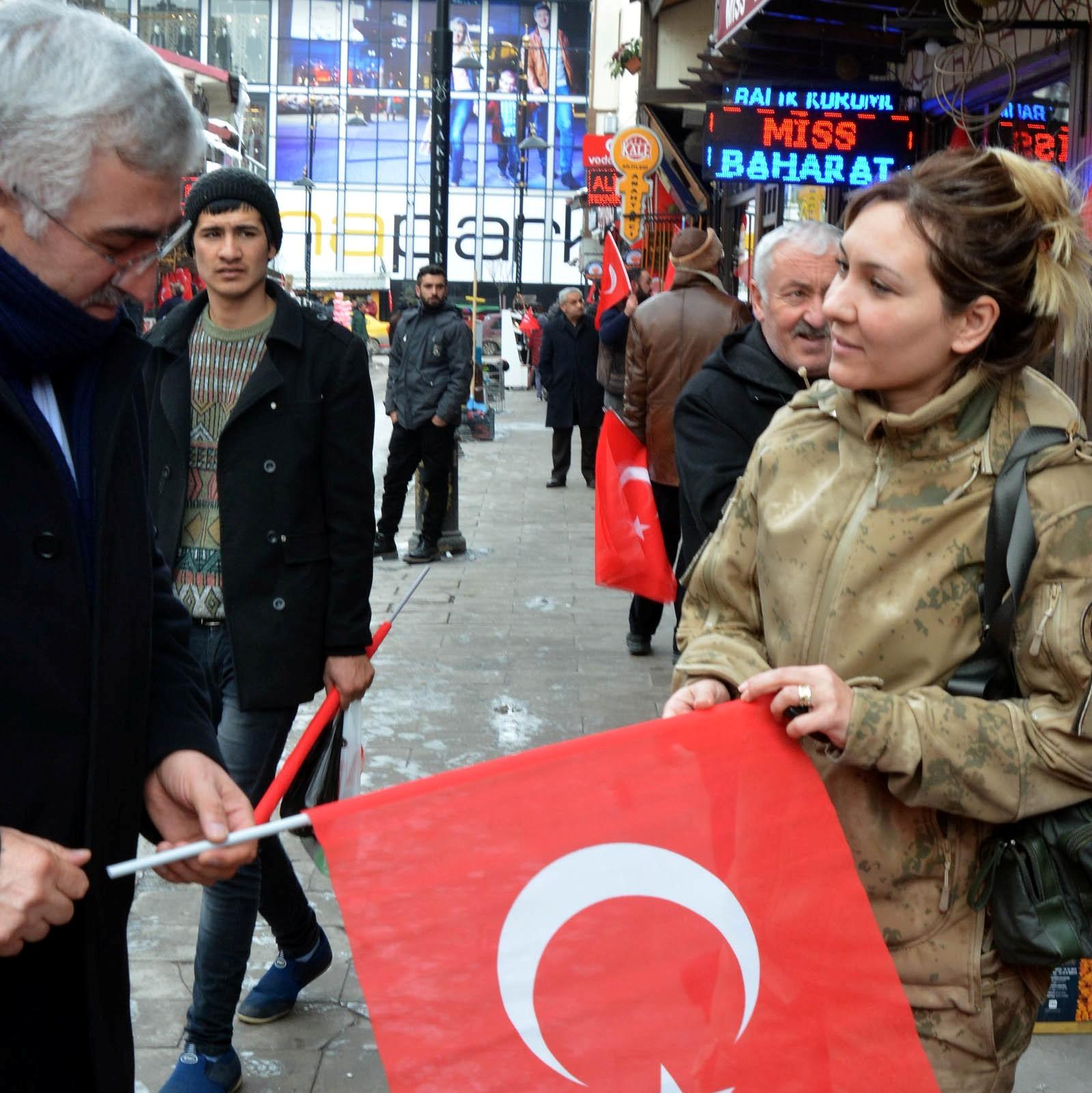 Erzurum'da 100 bayrak dağıttılar