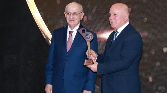 """Başkan Sekmen """"Yılın En Başarılı Büyükşehir Belediye Başkanı"""" Seçildi"""