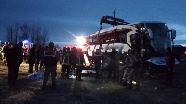 Trafik Kazası; 2 Ölü, 21 Yaralı