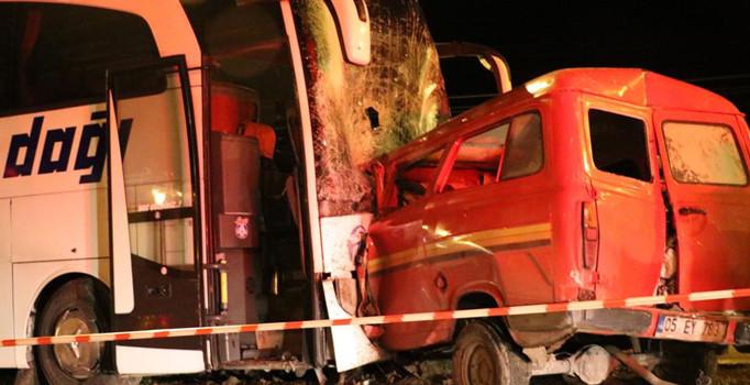Yolcu otobüsü ve minibüs kafa kafaya çarpıştı: 1 ölü, 4 yaralı