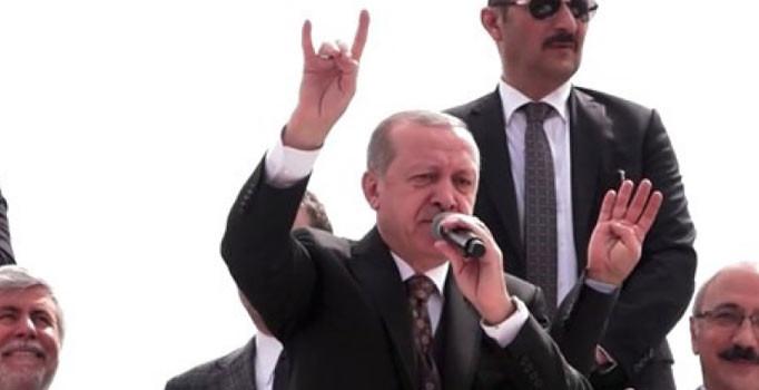 Erdoğan'dan bir ilk: Mersin'de vatandaşları bozkurt işaretiyle selamladı