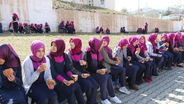 Bir gün sadece hoşaf içip, arpa ekmeği yediler