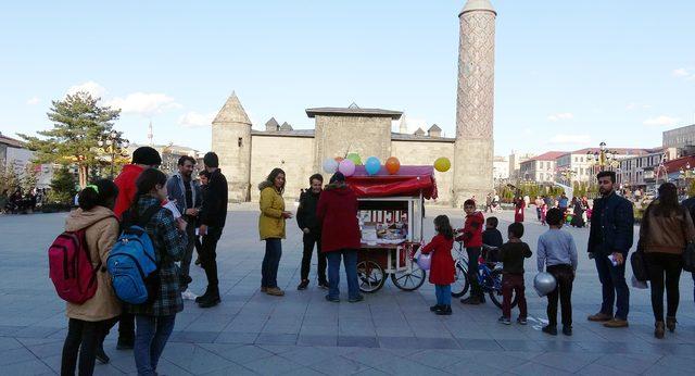 İyilik Hareketi' Üyesi Üniversiteliler, Sokakta Yemek Dağıttı