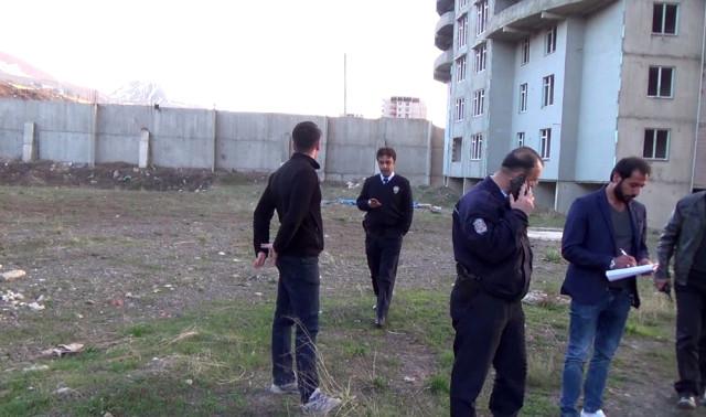 Fotoğraf Çekmek İçin Yüksek Binanın Tepesine Çıkan Genç, Polisi Alarma Geçirdi
