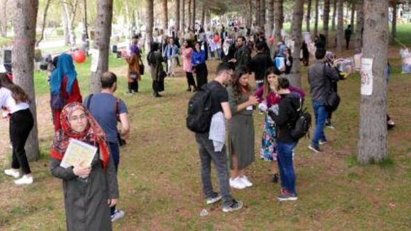 Kampüsteki ağaçlara 1500 kitap astılar